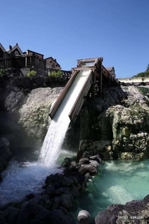 源泉が勢いよく流れ落ちる湯滝