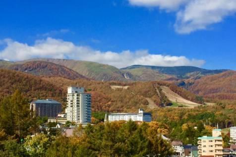 白根山と草津温泉スキー場の紅葉