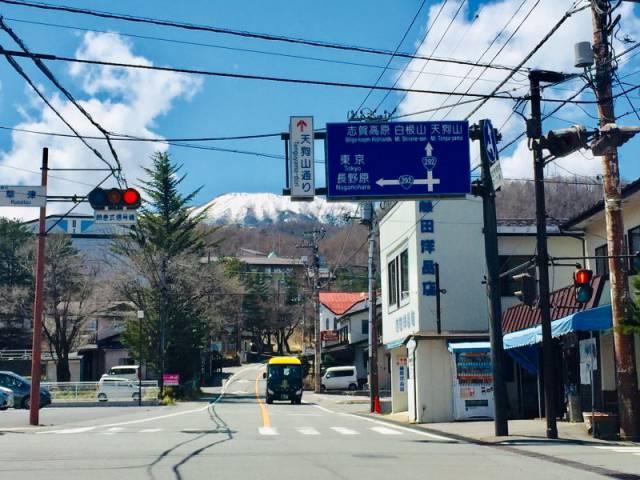 ホテル櫻井前の交差点より雪山を望む