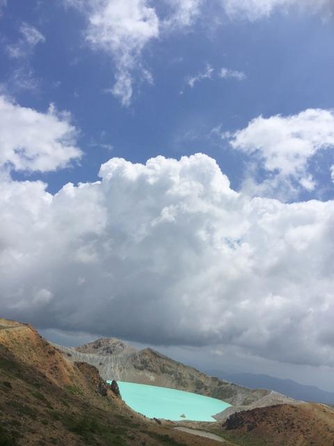 スカイブルーの空とコバルトブルーの湯釜